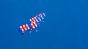 КОРНУОЛЛ, АНГЛИЯ, ВЕЛИКОБРИТАНИЯ - 10,2016 -ГО ИЮНЬ: Команда парашюта соколов RAF на королевском Корнуолле Стоковая Фотография