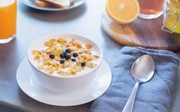 Корнфлексы с молоком и ягодами на деревянном столе здоровая принципиальная схема завтрака стоковая фотография rf