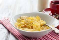 Корнфлексы, клубника, молоко и чашка кофе для завтрака Стоковое Фото