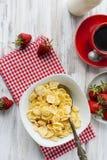 Корнфлексы, клубника, молоко и чашка кофе для завтрака Стоковые Изображения