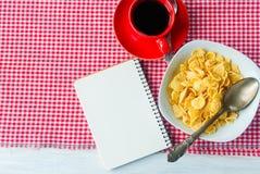 Корнфлексы, клубника, молоко и чашка кофе для завтрака Стоковое Изображение