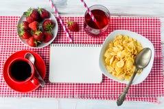 Корнфлексы, клубника, молоко и чашка кофе для завтрака Стоковые Изображения RF