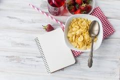 Корнфлексы, клубника, молоко и чашка кофе для завтрака Стоковые Фотографии RF