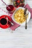 Корнфлексы, клубника, молоко и чашка кофе для завтрака Стоковая Фотография