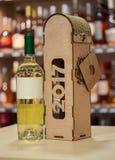 Коробка вина и вина древесины Первоначально handmade подарок для бутылки вина Стоковая Фотография RF
