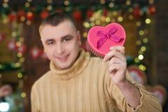 Коробка владением человека в форме сердца в руке Стоковые Изображения RF