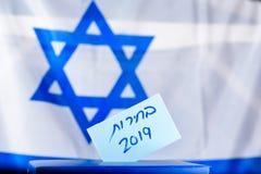 Коробка голосования Древнееврейские избрания 2019 текста на бумаге голосования стоковая фотография