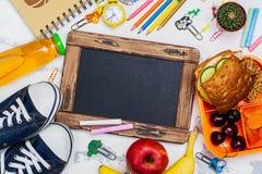 Коробка для завтрака и школьные принадлежности Стоковые Изображения RF