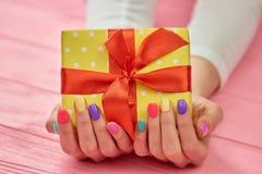 Коробка дня рождения в женских руках Стоковое фото RF