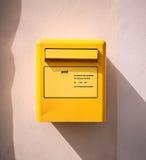 Коробка желтого цвета столба почты письма на стене Стоковое Изображение