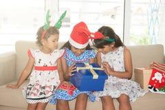 Коробка индийские семья и подарки рождества Стоковое Изображение RF