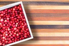 Коробка или свежие зрелые красные кислые клюквы Стоковые Фото