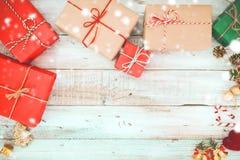 Коробка и снег подарков подарка на рождество на деревянной предпосылке Стоковая Фотография