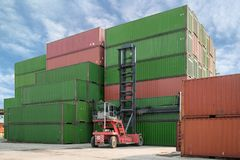 Коробка контейнера грузоподъемника поднимаясь нагружая к пользе fo депо контейнера Стоковое Фото