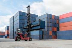 Коробка контейнера грузоподъемника поднимаясь нагружая к пользе fo депо контейнера Стоковые Изображения