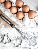 Коробка коричневых яичек, flour везде, topview Стоковое Изображение