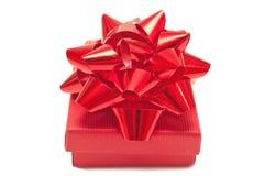 Коробка красного цвета присутствующая Стоковая Фотография RF