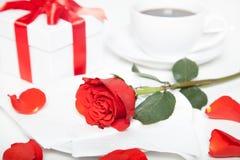 Розы присутствующих и чашка кофе