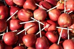 Коробка красных яблок с ручками стоковое изображение rf