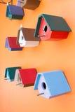 Коробка красочного гнезда птицы деревянная украшенная на оранжевой стене Стоковые Изображения RF