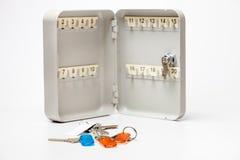 Коробка ключей и пук ключей с бирками цвета Стоковая Фотография RF