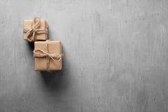 Коробка 2 маленькая красивая подарков на серой предпосылке Стоковое Изображение