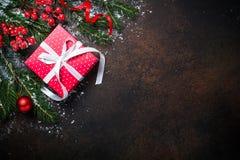 Коробка настоящего момента красного цвета рождества на темной предпосылке Стоковое Изображение