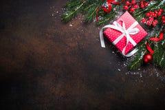 Коробка настоящего момента красного цвета рождества на темной предпосылке Стоковые Фото