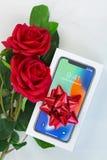 Коробка нового iPhone 10 iPhone x с взгляд сверху красной ленты и Стоковые Фотографии RF