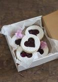 Коробка домодельных печенье-сердец с вареньем Подарок дня ` s Валентайн Стоковые Изображения RF