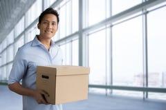 Коробка пакета владением человека Стоковые Изображения RF