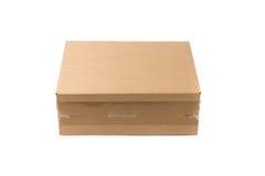 Коробка пакета закрытой картонной коробки или коричневой бумаги изолированная с так Стоковые Фотографии RF