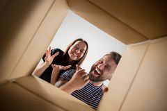 Коробка пар распаковывая и раскрывая коробки и смотря внутрь Стоковое Изображение RF