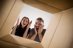 Коробка пар распаковывая и раскрывая коробки и смотря внутрь Стоковые Изображения RF