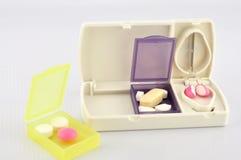 Коробка пилюльки и таблетка лезвия разделения Стоковые Фотографии RF