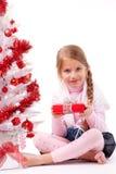 Коробка подарка владением маленькой девочки Стоковые Изображения