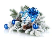 Коробка подарка и декор рождества на снежном вале ели Стоковые Изображения