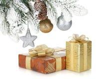 Коробка подарка и декор рождества под снежным деревом ели стоковые изображения