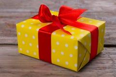 Коробка подарка на деревянной таблице Стоковое Изображение