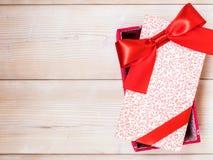 Коробка подарка на деревянном поле Стоковая Фотография