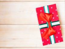 Коробка подарка на деревянном поле Стоковое Изображение