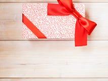 Коробка подарка на деревянном поле Стоковое Фото