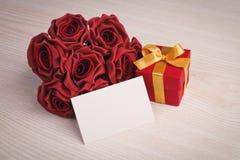 Коробка подарка с букетом роз Космос для текста Стоковое Изображение RF