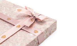Коробка подарка с тесемкой на белой предпосылке Стоковая Фотография RF