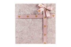 Коробка подарка с тесемкой на белой предпосылке Стоковые Изображения RF
