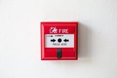 Коробка пожарной сигнализации переключателя кнопки на стене цемента Стоковое фото RF