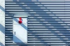Коробка пожарной сигнализации с предпосылкой стены металлического листа Стоковое Изображение RF