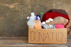 Коробка пожертвования с одеждами, живущими предметами первой необходимости Стоковые Фотографии RF