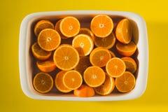 Коробка половинных апельсинов стоковые изображения rf