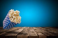 Коробка попкорна на старом деревянном столе Стоковое Изображение